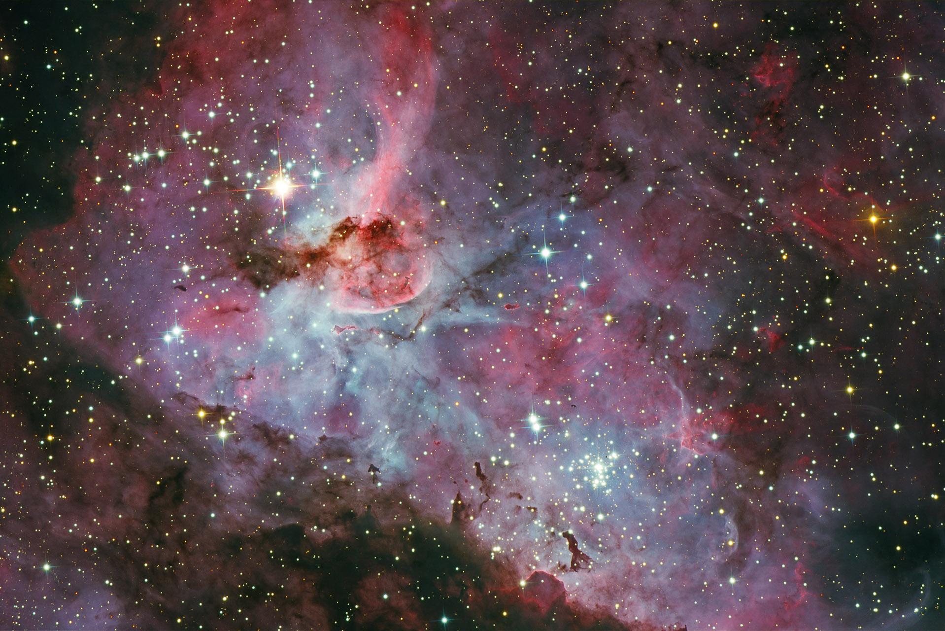 超大规模的恒星船底座伊塔星在一个巨大的气体和尘埃云中。它位于约7500光年远处。船底座伊塔星在1841年发生了巨大的爆发,使它成为一个的南方天空最亮的恒星。 这颗恒星非常不稳定,恒星旁充满的气体,造成壮观的船底座大星云(NGC 3372),我们今天所看到的,是不同发光颜色在不同的电离层表现的,气壳正在以约每小时150万英里速度膨胀,整个星云跨度为300光年。 此图片采用了RGB滤波器(顶部)和窄带滤波器映射的图像(中)。::42:: ::42:: ::42::